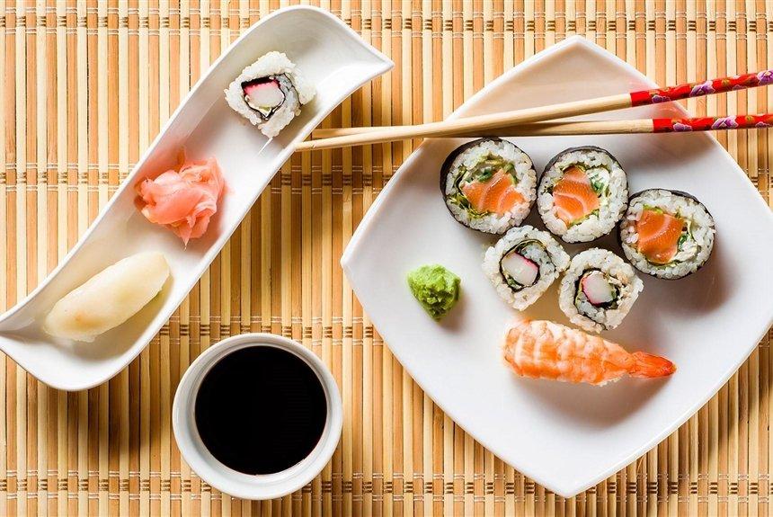 7 рецептов необычных новогодних роллов для любителей суши