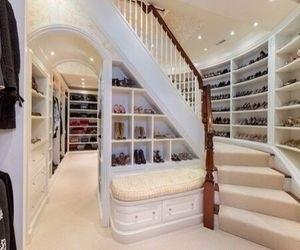 Гардеробная с лестницей