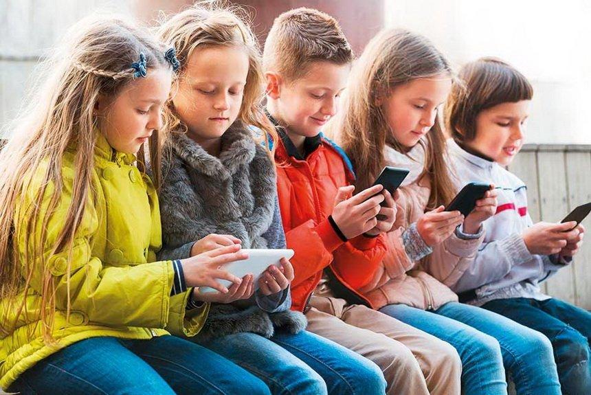 Дети играют в телефоне
