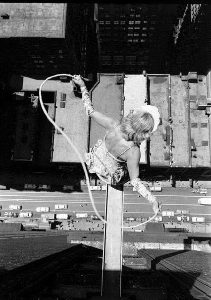 Девушка прыгает на скакалке
