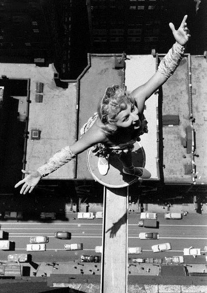 Девушка танцует на балке