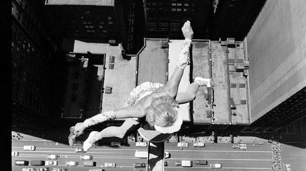 Девушка прыгает на балке