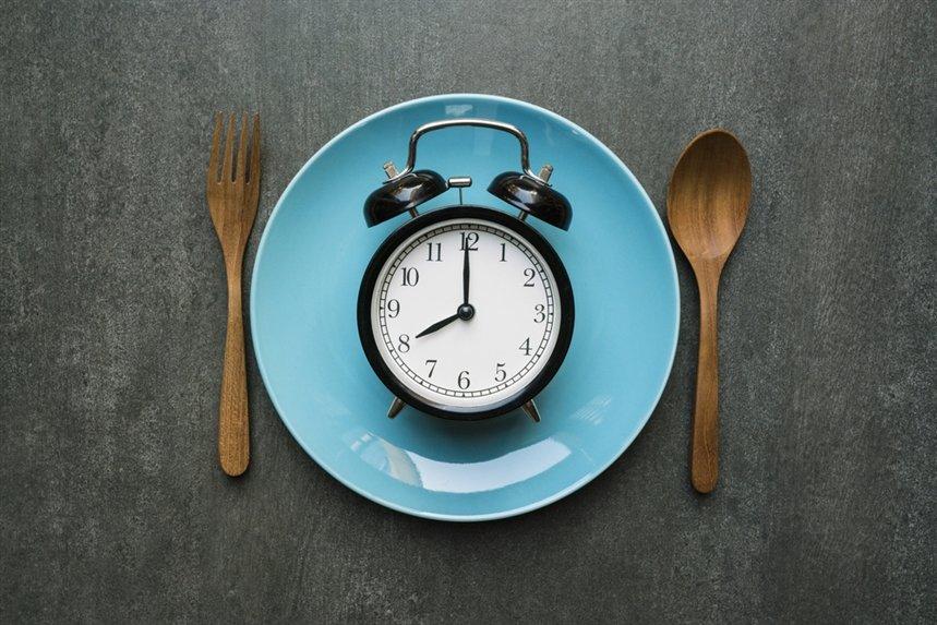 будильник на тарелке