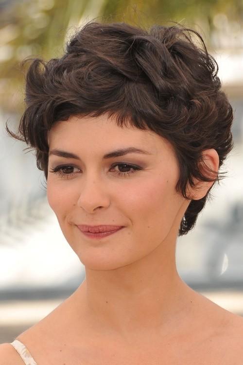 #1: Стрижка «пикси» для вьющихся волос с короткой челкой