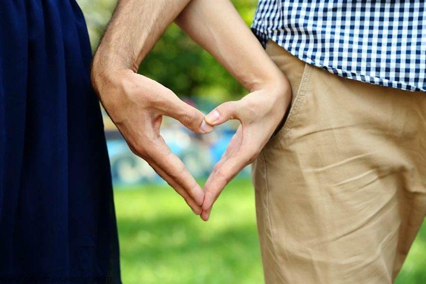 Картинка пара держатся за руки
