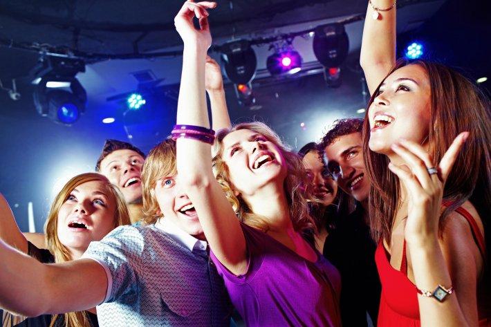 Девочки и мальчики в ночном клубе девочки и мальчики в ночном клубе