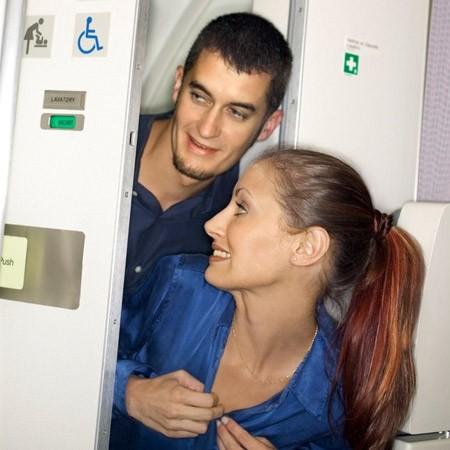 В уборной самолета