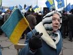 Пожилая женщина с украинским флагом