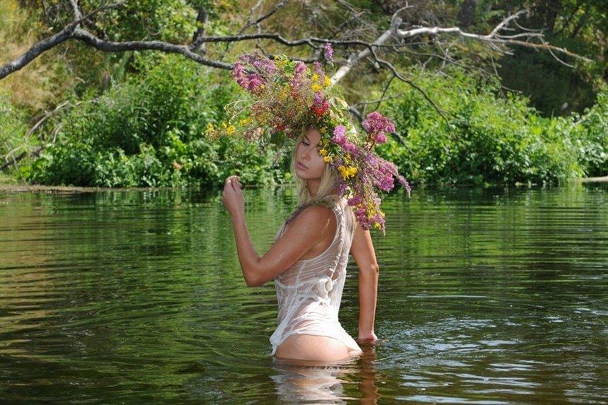 devuschka_v_venke_v_reke