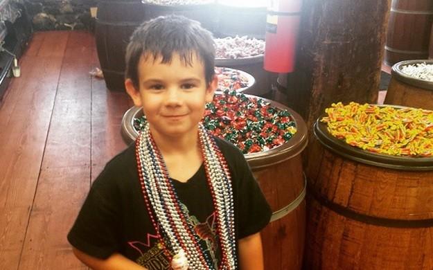 Мальчик, потерявший родителей, коллекционируетулыбки по всему миру
